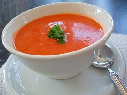 Sopa de tomate com frango cremoso